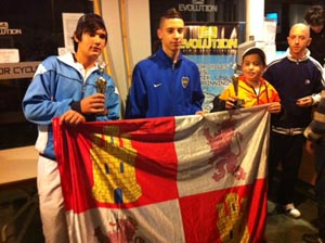 Ganadores de una categoría posan con sus trofeos y la bandera regional.
