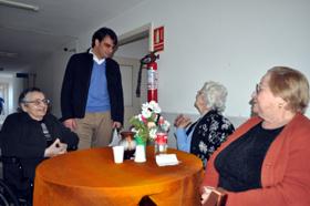 Diego Calvo dialogo con algunas internas del Hogar Español de Montevideo.