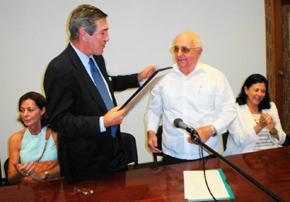 Manuel Cacho recibe el Diploma de Honor de manos de Antonio Fidalgo.