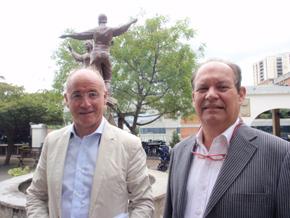 Camba y el presidente de la Hermandad Gallega de Venezuela en Caracas, Antonio Piñón Martín.