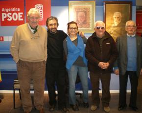 López y Suárez (2º y 3º izda.), junto a otros directivos del PSOE en Buenos Aires.