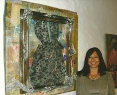 Rudesinda Arias junto a una de sus obras.