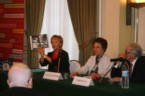 Evelyn Mesquida, Catherine Lalumiere y Roland Dumas durante la presentación.