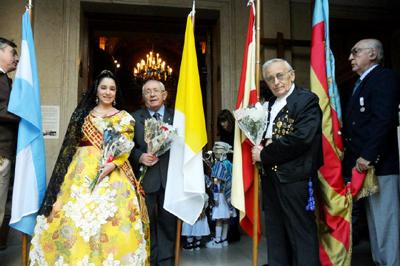 La Fallera Mayor y el presidente de 'El Turia' minutos antes de ingresar a la Basílica.