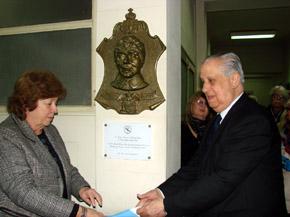 Donsión y Nüñez Neira descubren la placa recordatoria en homenaje a Martínez Lamela.