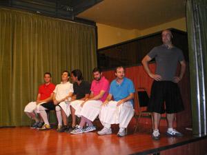 Los chicos del grupo de teatro durante la obra.