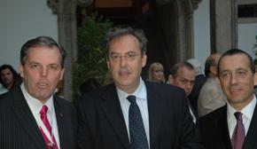 El presidente del Centro Gallego de Montevideo, Jorge Torres, el nuevo consejero de Empleo y Seguridad en Uruguay, Andrés González Murga, y el presidente de la Asociación de Empresarios Gallegos en Uruguay, Jorge Expósito.