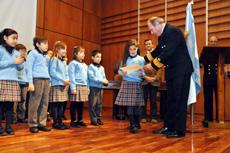 El capitán Sergio Dorrego les entregó a los alumnos un diploma conmemorativo del acto.