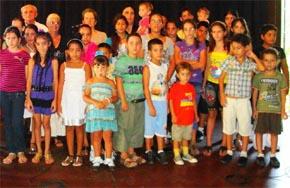 Niños participantes en la fiesta por el fin del curso junto a directivos de 'El Franco'.