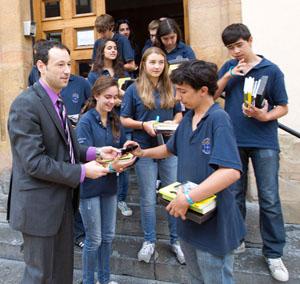 Guilermo Martínez entrega unos recuerdos de su estancia a los chicos de la delegación.