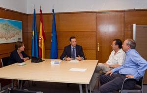 De izquierda a derecha, Begoña Serrano, Guillermo Martínez, Joaquín Hernández (presidente del Centro Asturiano de Berna) y Cipriano Álvarez, miembro de la directiva.
