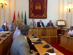 El consejero, el alcalde Pedro Acedo y el director general (en la presidencia) con los miembros del Consejo de Comunidades.