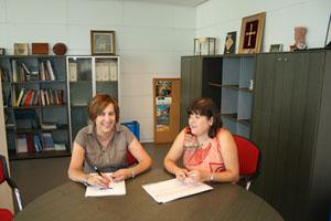 La directora general de Emigración con la representantes juvenil de la FICA.
