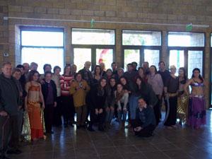 Foto de familia de la Mesa Coordinadora con el Grupo Marzuq de bailes árabes, perteneciente a la casa anfitriona.