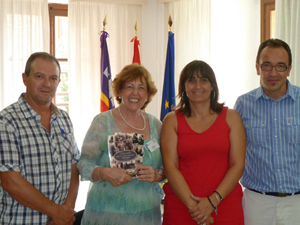 Estarellas y Gordiola (2ª y 1º por dcha.) con Cati Cobas y un familiar suyo.