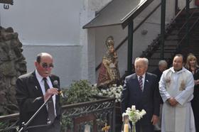 El nuevo presidente, José Mª Pérez, se dirige al público mirado por el actual presidente José Caso Vigil.