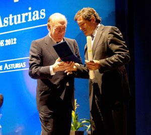 El empresario y emigrante Antonio Suárez recibe la Medalla de Asturias de manos del presidente del Principado, Javier Fernández.