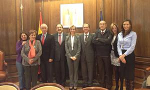 Marina del Corral y Aurelio Miras Portugal con los miembros de la Comisión Permanente del CGCEE.