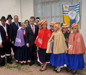 El presidente Paulino Rivero y el viceconsejero Cándido Padrón con descendientes de canarios en Uruguay.