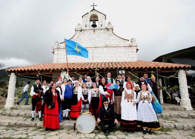 Los miembros de la colectividad asturiana.