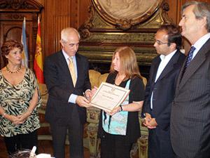 Miras recibe el diploma de manos de María Amelia Alonso.