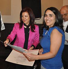 Pilar Pin entrega el diploma a una de las alumnas del máster.