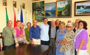 Carlos Manuel Moyano, en el centro con camisa clara, con directivos de entidades españolas en la Casa Canaria.