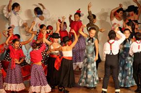Todos los participantes bailando juntos.