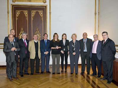 La consejera Susana Díaz con los representantes de las federaciones de emigrantes andaluces.