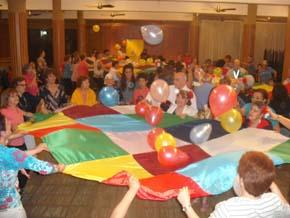 Los adultos mayores y familiares participando de la fiesta.