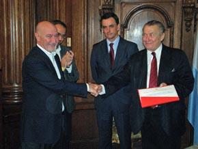 Padorno recibe el diploma que certifica la adhesión de la Legislatura a los actos conmemorativas por el 50° aniversario de la Federación.
