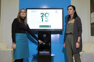 La conselleira de Facena, Elena Muñoz, le entregó el proyecto de presupuestos de la Xunta de Galicia para 2013 a la presidenta del Parlamento autonómico, Pilar Rojo.