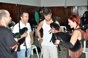 May de la Peña enseñando gaita.
