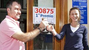 Brindis por el premio en una administración de Lotería.