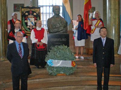 La Blunda y Vila Alén depositaron una ofrenda floral al pie del busto de Castelao situado en la entrada de la entidad.