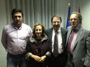 Antonio López (dcha.) posa con el presidente de la Casa, el rector de la Universidad de Alcalá de Henares y la decana de la Facultad de Medicina.