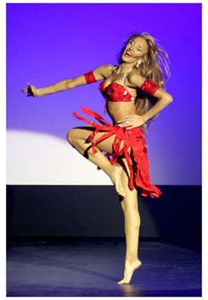 Samara Hayat en una actuación.