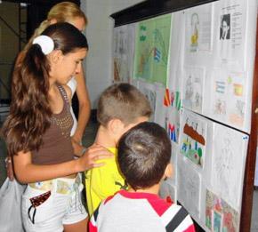 Algunos jóvenes viendo la muestra de sus trabajos.