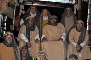 Varios socios acompañaron la Cabalgata de Reyes en una carroza.