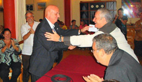 Juan Antonio Orallo, izquierda, en el momento de ser nombrado nuevamente presidente de 'Naturales de Ortigueira'.