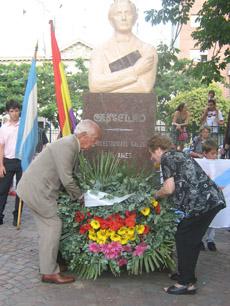 Ofrenda floral ante el monumento a Castelao en Buenos Aires.