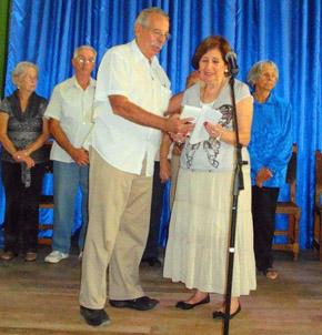 Manuel Barros entrega el libro publicado por el Grupo España Exterior a la presidente del Centro Andaluz, Blanca María Fernández.