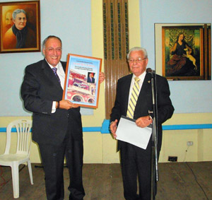 El viceconsejero de Acción Exterior del Gobierno canario, Cándido Padrón, recibe el título de Socio de Honor de manos de Carmelo González.