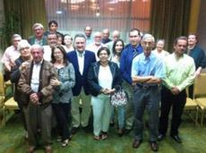 Alfredo Prada con un grupo de afiliados del PP en Costa Rica.