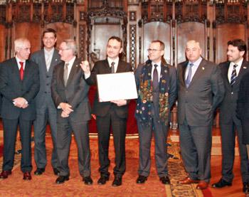 El presidente del Centro Gallego, Manoel Carrete, con la medalla y las autoridades.