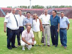 Directivos de la institución y funcionarios del Gobierno porteño en el campo de juego del Estadio España.