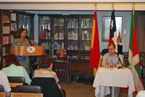 Rossana Arza Pizarro presenta al conferenciante, Gervasio Di Cesare.
