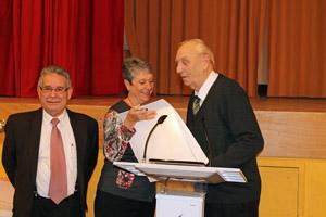 Rafael Pérez Lahosa, derecha, recibe el galardón. A la izquierda Luis Iglesias, presidente de la Casa de Madrid.
