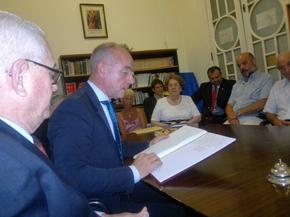 Camba lee su autógrafo en el libro de oro de la Federación de Asociaciones Españolas de la Provincia de Santa Fe.