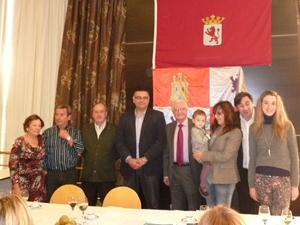 Abajo, Flores, y los alcaldes de Peranzanes y Priaranza del Bierzo con los premiados Isabel Saavedra, Francisco Pestaña, Iria Fernández y María del Mar Gavela.